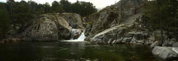 Каньон з водоспадом і озером біля refuge de Sega