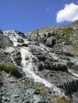 водопад на ручье вытекающем из лед. Немыцкого