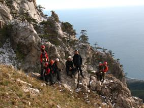 Поляна - вид с верхней части тропы на скалы Ай-Петри