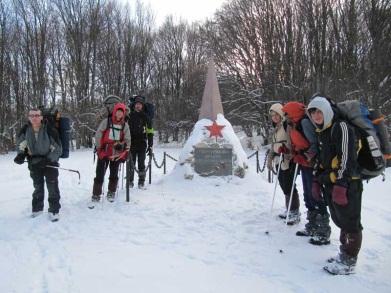 Біля пам'ятнику партизанам