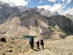 Группа на спуске с перевала Алаудинский. Внизу видны Куликалонские озера
