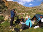 Стоянка на зеленых полянах выше озера Душаха