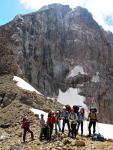 Группа на фоне пика Адамташ на перевале Адамташ