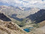 Вид на Алаудинские озера на спуске с перевала Адамташ