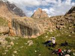 Стоянка у большого камня перед перевалом Сурх