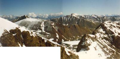 Вид с Каскадного на северо-восток. Видно замёрзшее озеро Майликоль