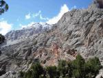 Скальные стены правого борта долины Джили-Суу
