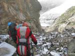 Фото 129. Спуск в скальном кулуаре на основное тело лед. Ю. Цей.