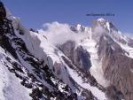 Опасные сераки висячего ледника. Вид с перевала ТКТ. Стрелкой указана ледовая глыба, которая через час обвалилась